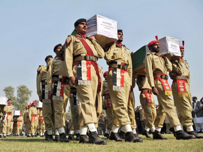 Pakistani soldiers carry the coffins of their comrades who were killed in a Saturday strike. Peshawar, November 27, 2011. (AFP Photo / A. Majeed)