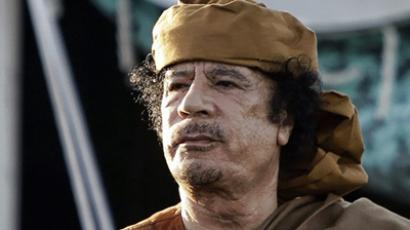 Tripoli : Libyan leader Moamer Kadhafi stands outside his tent in the garden of his Bab al-Aziziya residence after his meeting with African leaders in Tripoli on April 10, 2011 (AFP Photo / Joseph Eid)