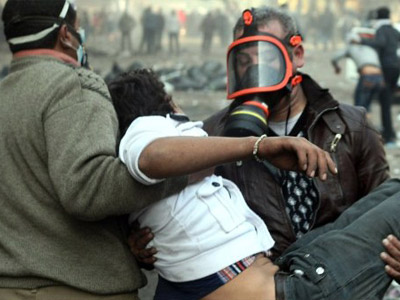 Cairo : An Egyptian protester is carried away during clashes with riot police along a road which leads to the Interior Ministry, near Tahrir Square, in Cairo on November 23, 2011. (AFP Photo / Mahmud Hams)