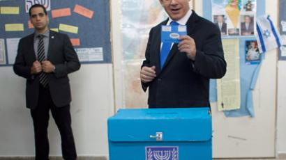 Israeli Prime Minister Benjamin Netanyahu shows his ballot before casting it at a polling station in Jerusalem, on January 22, 2013.(AFP Photo / Uriel Sinai-Pool)
