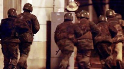 Russian Federation, Moscow : Russian special forces storm early 26 October 2002 the theater building in Moscow, where Chechen separatists were holding hostages since 23 October. AFP Photo / Alexander Nemenov.