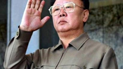 North Korea, Pyongyang : North Korean leader Kim Jong-il returns a salute to Korean People's Army soldiers marching in Kim Il Sung Square in Pyongyang to mark the 60th anniversary of the Workers' Party of Korea, 10 October 2005. (AFP Photo / KCNAvia Korean News Service)
