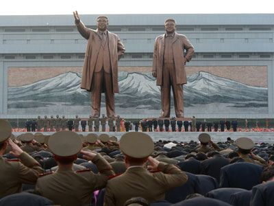 Statues of the nation's former leaders Kim Il-Sung (L) and Kim Jong-Il (R) (AFP Photo / Pedro Ugarte)