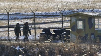 South Korean soldiers patrol along military iron fence in Paju near the Demilitarized Zone (DMZ) dividing the two Koreas (AFP Photo / Jung Yeon-Je)