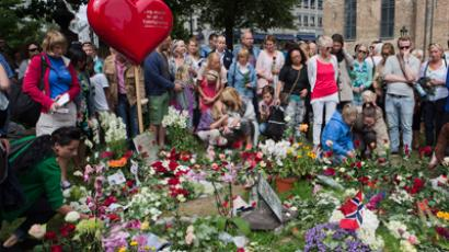 People lay down flowers outside the cathedral in Oslo July 22, 2012 (Reuters / Berit Roald / NTB Scanpix)