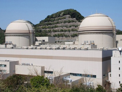 This picture taken on April 12, 2012 shows the third (R) and fourth reactor building of the Ohi nuclear power plant of the Kansai Electric Power Co (KEPCO) at Ohi town in Fukui prefecture, western Japan (AFP Photo/Jiji Press/Japan Out)