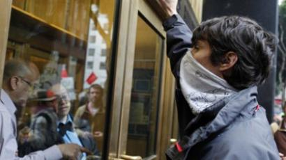 An Occupy San Francisco protester shouts outside the US Appraisers Building to protest against government agencies during the protest on major banks on January 20, 2012 in California (AFP Photo / Kimihiro Hoshino)