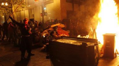 The Occupy Oakland protesters set a fire on trash to make a barricade as the police officers form a line to disperse the protesters on November 3, 2011 in Oakland, California (AFP Photo / Kimihiro Hoshino)