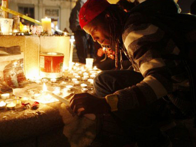 An Occupy Oakland demonstrator makes a candle light vigil after a man was shot and killed near the Occupy Oakland camp on November 10, 2011 in Oakland, California (AFP Photo / Kimihiro Hoshino)