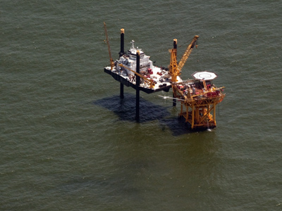 An offshore oil rig sits in the Gulf of Mexico near Grand Isle, Louisiana (AFP Photo / Saul Loeb)
