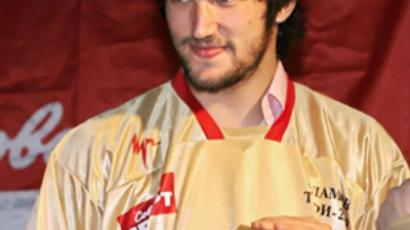 Aleksander Ovechkin with the Kharlamov trophy during a ceremony in Moscow on June 9, 2009 (AFP Photo / Alexey Sazonov)