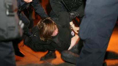 A protester from Occupy Oakland -the local offshoot of Occupy Wall Street- is arrested in Oakland on January 28, 2012 (AFP Photo / Kimihiro Hoshino)