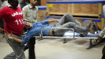 Pakistani volunteers carry an injured blast victim into a hospital in Karachi on November 21, 2012. (AFP Photo / Rizwan Tabassum)