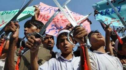 Pakistani students carry swords at a protest rally in Lahore on September 22, 2012, against a US-made anti-Islam film (AFP Photo / Arif Ali)