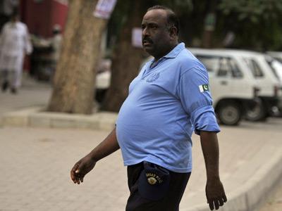 A Pakistani policeman walks along a street in Islamabad on June 18, 2012 (AFP Photo / Aamir Qureshi)