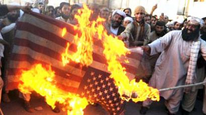 Pakistani demonstrators set fire to a US flag during a rally in Quetta on October 8, 2009, against US threats of drone attacks in Baluchistan province (AFP Photo / Banaras KHAN)