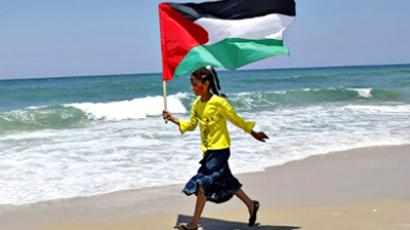 Khan Yunis : A Palestinian girl waves her national flag.  (AFP Photo / Said Khatib)