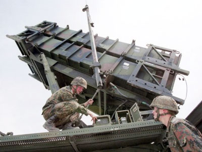 Soldiers checking a mobile Patriot anti-missile missile launcher (AFP Photo / DDP)
