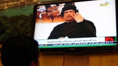 Tripoli : A resident watches a television showing Libyan leader Muammar Kadhafi on the occasion of 96 anniversary of the Battle of Cordoba in Tripoli, Libya April 30, 2011. (AFP Photo / Mahmud Turkia)