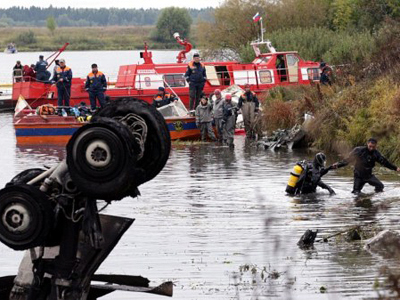 Russian rescuers and investigators work at the crash site of a plane with Russian ice hockey team Lokomotiv Yaroslavl aboard near in the city of Yaroslavl, 300 kilometres (185 miles) northeast of Moscow, on September 8, 2011 (AFP Photo)