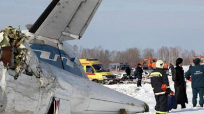 A handout photo provided on April 2, 2012 by the Russian Emergencies Ministry's Tyumen Regional Department shows rescuers and investigators working at the crash site of a French-Italian made ATR-72 passenger plane of private Russian airline UTair, some 45 km (28 miles) from the western Siberian city of Tyumen (AFP Photo / Russian Emergencies Ministry)