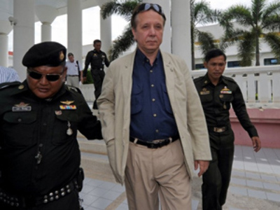 Russian conductor Mikhail Pletnev is escorted by Thai security guards after he appeared in a court in Pattaya on July 30, 2010 (AFP Photo / Pornchai Kittiwongsakul)