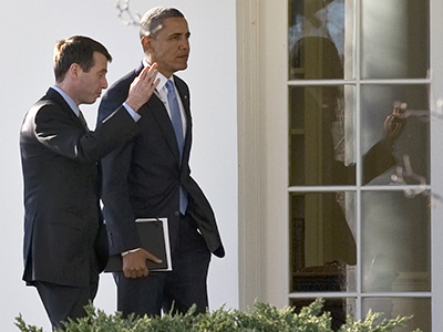 United States, Washington: US President Barack Obama speaks with Senior Advisor David Plouffe as he returns to the White House in Washington, DC, January 13, 2012. (AFP Photo / Jim Warson)