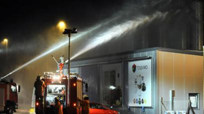 Firefighters try to contain toxic gases with water at a plant of Kraft Foods in Bad Fallingbostel, northern Germany, on October 16, 2012. (AFP Photo/Ingo Wagner)