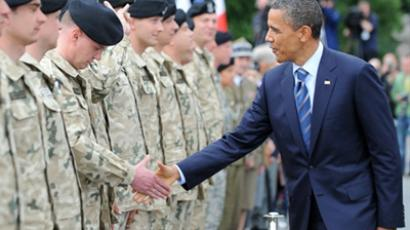 Poland, Warsaw: US President Barack Obama  greets US and Polish soldiers after laying a wreath at the Tomb of the Unknown Soldier in Warsaw on May 27, 2011. (AFP Photo / Jewel Samad)