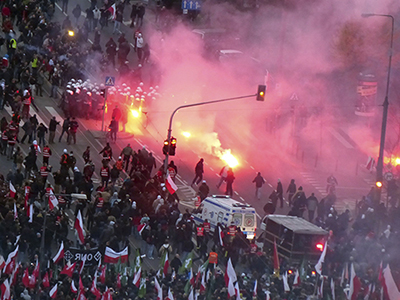 Riot police stand between demonstrators as violence breaks out at a parade celebrating Poland's national holiday in Warsaw November 11, 2012. (Reuters / Agencja Gazeta)