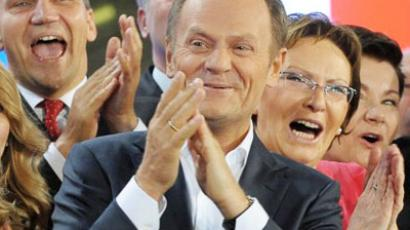 Polish Prime Minister Donald Tusk (C) , leader of Civic Platform and his wife Malgorzata (L) with his supporters react after the announcement of the exit poll results of the the parliamentary elections on October 9, 2011 in Warsaw (AFP Photo / Janek Skarzynski)