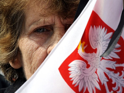Poland: A woman holds a Polish flag on April 17, 2010 on Pilsudski square in Warsaw. (AFP Photo / Dimitar Dilkoff)