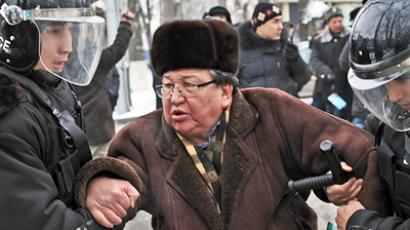 Police detain a participant in the mass disorder in the city of Zhanaozen, western Kazakhstan (RIA Novosti / Anatoliy Ustinenko)