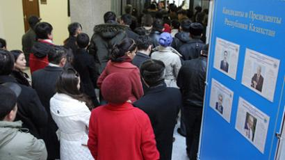 Kazakhs line up at a polling station in the city of Almaty to cast an early vote for president(RIA Novosti / Anatoly Ustinenko)