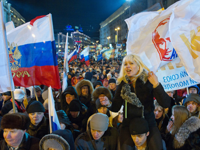 Participants in a sanctioned rally in support of presidential candidate Vladimir Putin on Manezhnaya Square (RIA Novosti / Denis Grishkin)
