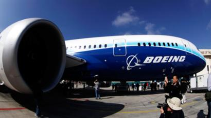 People view the Boeing 787 Dreamliner plane (Reuters / Lucy Nicholson)