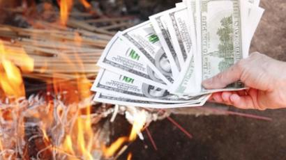 Illegal exchange cashier burns all the money down
