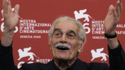"Italy, Venice : Egyptian actor Omar Sharif poses during the photocall of ""Al Mosafer"" (The Traveller) at the Venice film festival on September 10, 2009 (AFP Photo / Damien Meyer)"