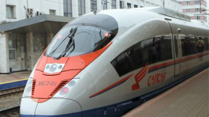 Teenage thrill-seekers caught roof-surfing on high-speed train (RIA Novosti / Oleg Zoloto)