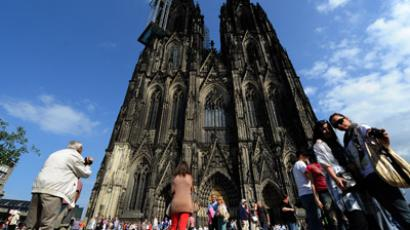 People stand in front of Cologne`s landmark the Cologne Cathedral (AFP Photo/Patrik Stollarz)YouTube video courtesy / parkgott