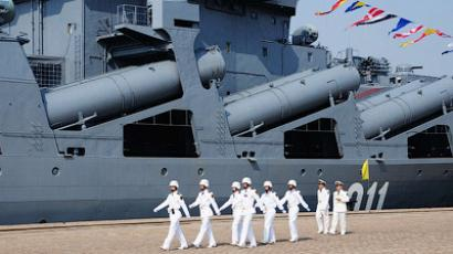 Chinese sailors march pass the Russian destroyer Admiral Vinogradov berthed at a naval base in Qingdao, northeastern China on April 23, 2012 (China Out/AFP Photo)