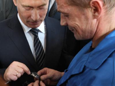 Russian Prime Minister Vladimir Putin (L) visiting the KBP Instrument Design Bureau (photo by Dmitry Azarov/Kommersant)