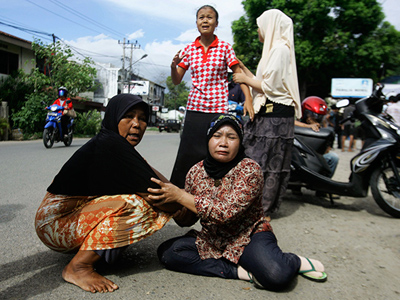 Women cry on a street in Banda Aceh after a strong earthquake struck off Indonesia April 11, 2012 (Reuters/Junaidi Hanafiah)