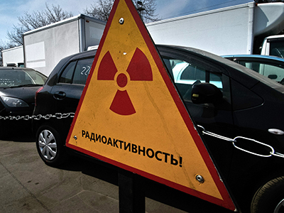 Russia, Vladivostok: A sign with the nuclear hazard symbol stands in front of cars from Japan which were halted by customs officials in the eastern Russian city of Vladivostok on April 14, 2011 (AFP Photo / Gennady Shishin)