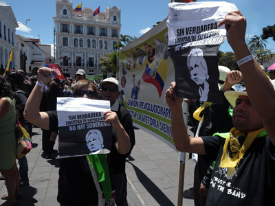 Sympathizers of Wikileaks founder Australian Julian Assange take part in a demonstration in support of his asylum request, at the Independence square in Quito on August 20, 2012 (AFP Photo / Rodrigo Buendia)