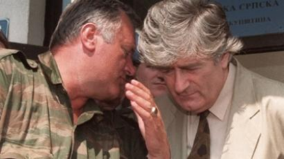 Photo dated 05 August 1993 shows Bosnian Serb leader Radovan Karadzic (R) listening to Bosnian Serb Commander Ratko Mladic during a meeting with the press in Pale. (AFP Photo)