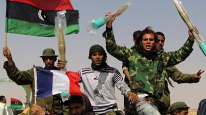 Ajdabiya : Libyan rebels, waving the French and rebellion flags, raise brand new rocket propeled grenades on March 27, 2011 (AFP Photo / Patrick Baz)