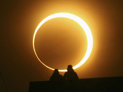 An annular eclipse about to form a perfect ring (Image from journalsendiri.blogspot.com)