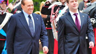 Italy's Prime Minister Silvio Berlusconi (L) and Russia's President Dmitry Medvedev reveiw an honour guard during a meeting on June 2, 2011 at Villa Pamphili in Rome (AFP Photo / Alberto Pizzoli)