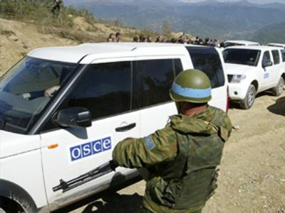 Russian peacekeeper waves through observers (AFP Photo / Vano Shlamov)